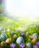 Αυγά Πάσχας τέχνης στο λιβάδι με το λουλούδι daffodil Στοκ Εικόνα