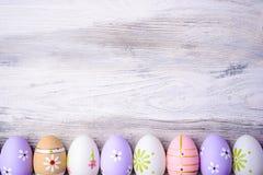 Αυγά Πάσχας χρωμάτων κρητιδογραφιών σε ένα γκρίζο ξύλινο υπόβαθρο Στοκ εικόνες με δικαίωμα ελεύθερης χρήσης