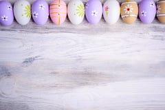 Αυγά Πάσχας χρωμάτων κρητιδογραφιών σε ένα γκρίζο ξύλινο υπόβαθρο Στοκ Φωτογραφίες