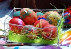 Αυγά Πάσχας χρωμάτων χεριών Στοκ Εικόνες
