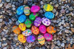Αυγά Πάσχας Collorfull στο αμμοχάλικο στοκ εικόνα με δικαίωμα ελεύθερης χρήσης