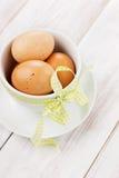 Αυγά Πάσχα με μια κίτρινη κορδέλλα Στοκ εικόνα με δικαίωμα ελεύθερης χρήσης