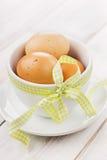Αυγά Πάσχα με μια κίτρινη κορδέλλα Στοκ φωτογραφία με δικαίωμα ελεύθερης χρήσης