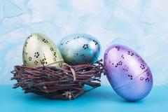 Αυγά παιχνιδιών για Πάσχα στη φωλιά Στοκ εικόνες με δικαίωμα ελεύθερης χρήσης