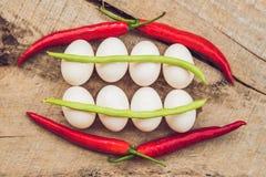 Αυγά, πιπέρια, φασόλια και αγγούρια υπό μορφή δοντιών και breakets ποικιλίες του orthodontic υποστηρίγματος ή του στηρίγματος στοκ εικόνες