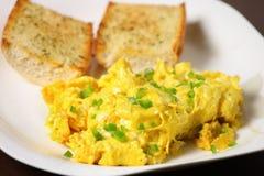αυγά που ανακατώνονται Στοκ εικόνα με δικαίωμα ελεύθερης χρήσης
