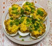 Αυγά που γεμίζονται με το συκώτι και που διακοσμούνται με τους λέκιθους αυγών και το φρέσκο κρεμμύδι Στοκ Εικόνες