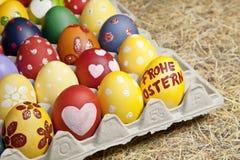 Αυγά που προετοιμάζονται ζωηρόχρωμα για Πάσχα. Στοκ φωτογραφία με δικαίωμα ελεύθερης χρήσης