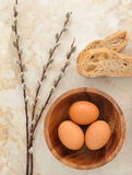 Αυγά σε ένα ξύλινο πιάτο, κλαδίσκοι pita ψωμιού και ιτιών Στοκ εικόνα με δικαίωμα ελεύθερης χρήσης