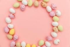 E Αυγά σοκολάτας καραμελών Πάσχας και jellybean γλυκά που απομονώνονται στο καθιερώνον τη μόδα ρόδινο υπόβαθρο κρητιδογραφιών r στοκ φωτογραφία με δικαίωμα ελεύθερης χρήσης