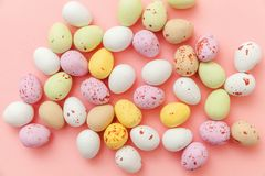 E Αυγά σοκολάτας καραμελών Πάσχας και jellybean γλυκά που απομονώνονται στο καθιερώνον τη μόδα ρόδινο υπόβαθρο κρητιδογραφιών r στοκ φωτογραφίες με δικαίωμα ελεύθερης χρήσης