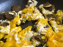 Αυγά στα παν, μαγειρευμένα αυγά στο πετρέλαιο, μαγειρευμένα αυγά με το λουκάνικο, Στοκ Εικόνες