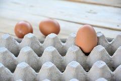 Αυγά στην επιτροπή σε έναν ξύλινο Στοκ Φωτογραφίες