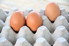 Αυγά στην επιτροπή σε έναν ξύλινο Στοκ φωτογραφίες με δικαίωμα ελεύθερης χρήσης