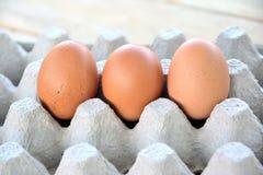 Αυγά στην επιτροπή σε έναν ξύλινο Στοκ Εικόνες