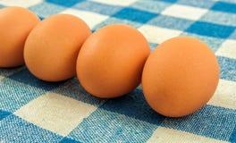 Αυγά στην μπλε πετσέτα Στοκ Εικόνες