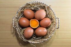 Αυγά στην ξύλινη ανασκόπηση Στοκ φωτογραφίες με δικαίωμα ελεύθερης χρήσης