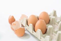 Αυγά στη συσκευασία με το κοχύλι αυγών Στοκ Φωτογραφίες