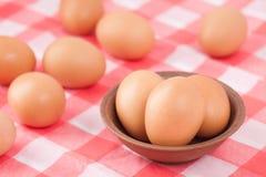 Αυγά στον πίνακα στην κουζίνα Στοκ φωτογραφίες με δικαίωμα ελεύθερης χρήσης