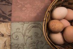 Αυγά στο καλάθι με το ουδέτερο υπόβαθρο Στοκ εικόνα με δικαίωμα ελεύθερης χρήσης