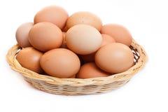 Αυγά στο ψάθινο καλάθι. Στοκ φωτογραφία με δικαίωμα ελεύθερης χρήσης