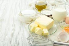 Αυγά συστατικών ψησίματος, αλεύρι, ζάχαρη, βούτυρο, βανίλια, κρέμα Στοκ Φωτογραφία