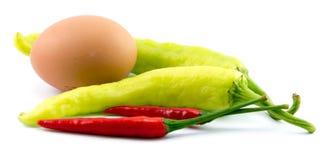 Αυγά, τσίλι, φυτικά, φυτικά κολοκύθια, ταμπλέτες που χρωματίζονται Στοκ Φωτογραφία