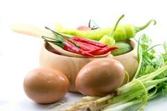 Αυγά, τσίλι, φυτικά, φυτικά κολοκύθια, ταμπλέτες που χρωματίζονται Στοκ φωτογραφία με δικαίωμα ελεύθερης χρήσης