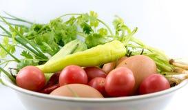 Αυγά, τσίλι, φυτικά, φυτικά κολοκύθια, ταμπλέτες που χρωματίζονται Στοκ Εικόνα