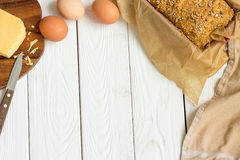 Αυγά, τυρί και σπιτικό ελεύθερο γλυκό ψωμί γλουτένης στο πιάτο ψησίματος σε ένα ελαφρύ άσπρο ξύλινο υπόβαθρο Αγροτικό κουζίνα ή α στοκ φωτογραφίες με δικαίωμα ελεύθερης χρήσης