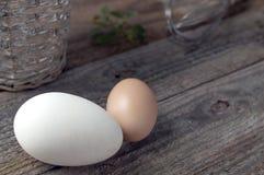 Αυγά χήνων και κοτών στον ξύλινο πίνακα Στοκ φωτογραφία με δικαίωμα ελεύθερης χρήσης