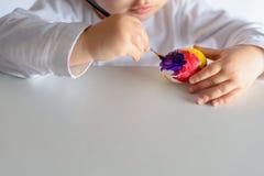 Αυγά χρωματισμού για το χρόνο Πάσχας στο σπίτι στοκ εικόνες με δικαίωμα ελεύθερης χρήσης