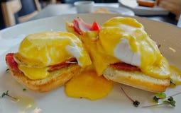 Αυγά Benedict με τη σάλτσα λεμονιών Στοκ φωτογραφίες με δικαίωμα ελεύθερης χρήσης