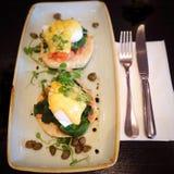 Αυγά Benedict με το σολομό σε έναν καφέ Στοκ φωτογραφία με δικαίωμα ελεύθερης χρήσης