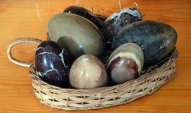 Αυγά Onyx σε ένα διαμορφωμένο καρδιά ψάθινο καλάθι Στοκ Εικόνες