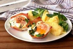 Αυγά Rosted με το ζαμπόν και τις πολτοποιηίδες πατάτες Στοκ Εικόνα