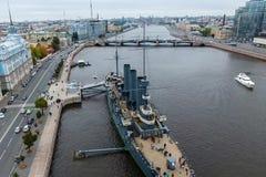 Αυγή ταχύπλοων σκαφών στον ποταμό Neu, η πόλη της Αγίας Πετρούπολης Ανοίξτε στους τουρίστες Το σύμβολο της επανάστασης του 1917 Στοκ φωτογραφία με δικαίωμα ελεύθερης χρήσης