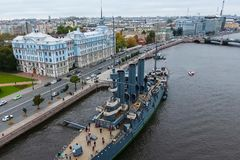 Αυγή ταχύπλοων σκαφών στον ποταμό Neu, η πόλη της Αγίας Πετρούπολης Ανοίξτε στους τουρίστες Το σύμβολο της επανάστασης του 1917 Στοκ Εικόνες