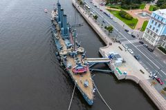 Αυγή ταχύπλοων σκαφών στον ποταμό Neu, η πόλη της Αγίας Πετρούπολης Ανοίξτε στους τουρίστες Το σύμβολο της επανάστασης του 1917 Στοκ Εικόνα