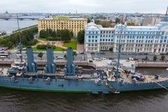 Αυγή ταχύπλοων σκαφών στον ποταμό Neu, η πόλη της Αγίας Πετρούπολης Ανοίξτε στους τουρίστες Το σύμβολο της επανάστασης του 1917 Στοκ εικόνα με δικαίωμα ελεύθερης χρήσης