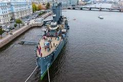 Αυγή ταχύπλοων σκαφών στον ποταμό Neu, η πόλη της Αγίας Πετρούπολης Ανοίξτε στους τουρίστες Το σύμβολο της επανάστασης του 1917 Στοκ εικόνες με δικαίωμα ελεύθερης χρήσης