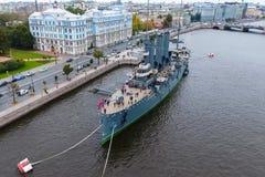 Αυγή ταχύπλοων σκαφών στον ποταμό Neu, η πόλη της Αγίας Πετρούπολης Ανοίξτε στους τουρίστες Το σύμβολο της επανάστασης του 1917 Στοκ Φωτογραφία