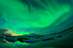 Αυγή χορού πέρα από μια λιμνοθάλασσα παγετώνων Στοκ Φωτογραφίες