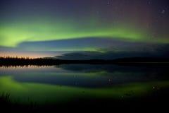 Αυγή Borealis πέρα από μια λίμνη Στοκ Εικόνες