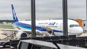18 Αυγούστου 2017: Διεθνής αερολιμένας Narita, Τόκιο, Ιαπωνία-Jetliner στην πύλη φόρτωσης Στοκ εικόνα με δικαίωμα ελεύθερης χρήσης