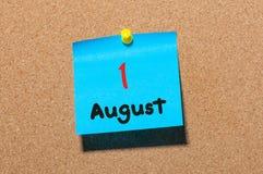 1 Αυγούστου ημέρα 1 του μήνα, ημερολόγιο αυτοκόλλητων ετικεττών χρώματος στον πίνακα ανακοινώσεων νεολαίες ενηλίκων κλείστε επάνω Στοκ φωτογραφία με δικαίωμα ελεύθερης χρήσης