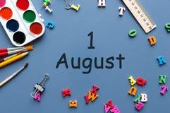 1 Αυγούστου ημέρα του την 1η Αυγούστου, του ημερολογίου στην μπλε επιχείρηση ή του υποβάθρου σχολικών εργασιακών χώρων νεολαίες ε Στοκ Φωτογραφία