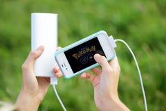 2 Αυγούστου 2016 - Μινσκ, Λευκορωσία: Χέρια με το iphone και Pokemon Στοκ Εικόνες