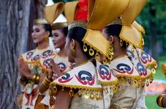 4 Αυγούστου 2-17, Μόσχα, φεστιβάλ της Ινδονησίας: Το ινδονησιακό εθνικό κοστούμι, παραδίδει τα χρυσά βραχιόλια Φωτεινά χρώματα Στοκ Εικόνες