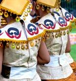 4 Αυγούστου 2-17, Μόσχα, φεστιβάλ της Ινδονησίας: Το ινδονησιακό εθνικό κοστούμι, παραδίδει τα χρυσά βραχιόλια Φωτεινά χρώματα Στοκ Εικόνα